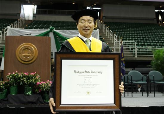 ▲신준식 자생의료재단 이사장이 미시간주립대학교에서 명예박사 학위를 받았다.