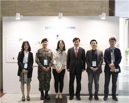 이주열 한국은행 총재(왼쪽 네 번째)가 11일 서울 중구 한은 본관에서 열린 '2017 한국은행 스토리텔링' 시상식에 참석해 수상자들과 기념촬영을 하고 있다.(자료:한국은행)