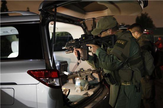 갱단 소탕작전에 투입된 요원들이 총기를 점검하고 있다. (AP연합)