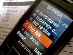 피처폰의 문자메시지 기능만으로도 송금과 결제 등 금융서비스를 제공하는 모바일결제 서비스 '엠페사(M-Pesa)'의 작동 모습.