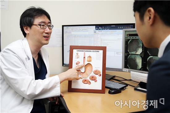 고려대학교 안암병원 소화기내과 최혁순 교수가 식도암에 대해 설명하고 있다.