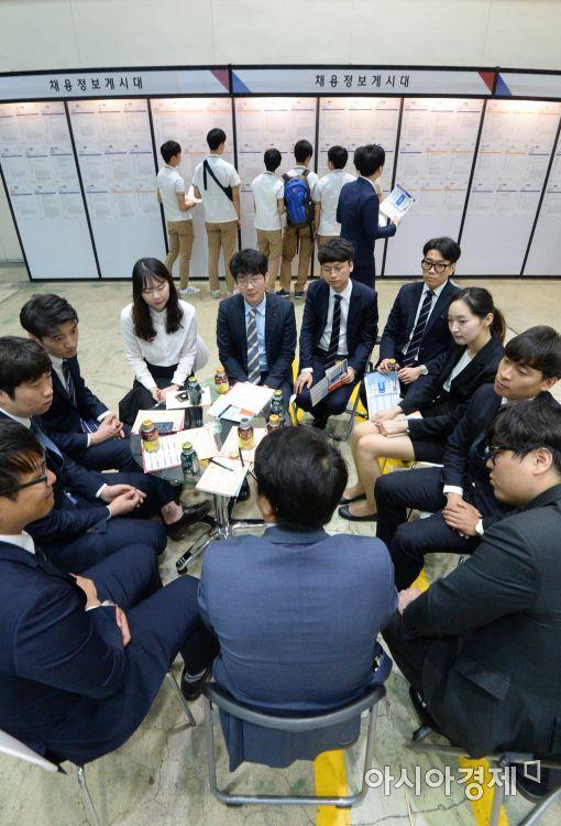 현대기아차는 29일 서울 코엑스에서 '2017 현대기아차 협력사 채용박람회' 개막 행사를 열었다. 취업준비생들이 인사담당자와 대화를 하고 있다.