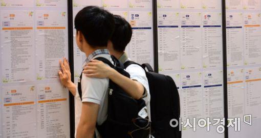 현대기아차는 29일 서울 코엑스에서 '2017 현대기아차 협력사 채용박람회' 개막 행사를 열었다. 교복을 입은 학생이 채용정보 게시판을 살펴보고 있다.
