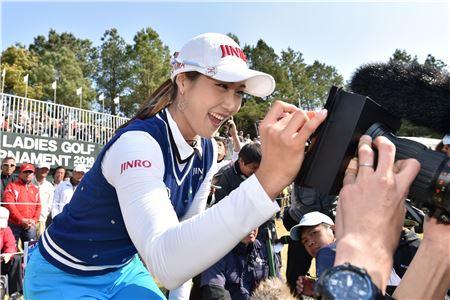 김하늘이 팬들하게 사인을 해주고 있다.