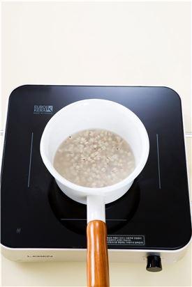 1.율무는 깨끗이 씻어 30분간 부드럽게 삶아 건진다. tip) 율무는 씻어 바로 삶으면 시간이 오래 걸릴 수 있으니 씻어 1시간정도 불렸다가 삶는 것이 좋다. 특히 밥에 넣을 때에는 충분히 불린 후 쌀과 함께 밥을 해야 부드럽게 먹을 수 있다.