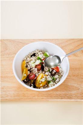 4.올리브오일과 식초, 설탕, 소금, 후춧가루로 간을 한다,