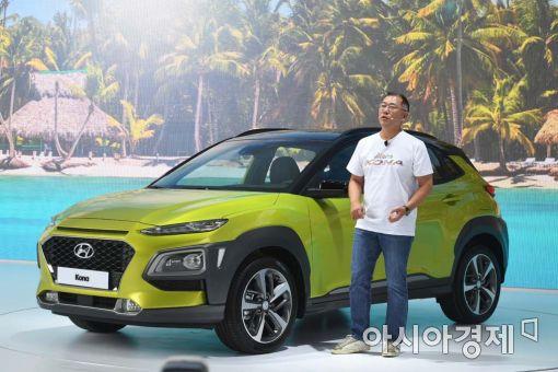 지난 2017년 정의선 현대차그룹 수석부회장이 소형 SUV 코나 출시 행사에서 캐주얼한 차림으로 신차를 소개하고 있다./사진=현대차