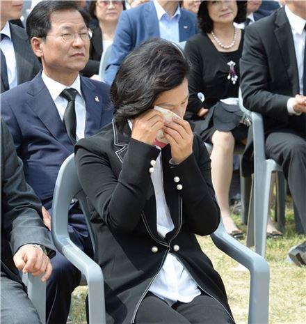 추 대표가 지난달 23일 오후 경남 김해시 봉하마을 대통령 묘역에서 열린 노무현 전 대통령 8주기 추도식에서 눈물을 닦고 있다 사진=연합뉴스제공