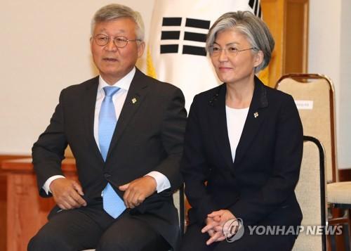 강경화 외교부 장관이 18일 청와대에서 열린 임명장 수여식에서 남편 이일병 교수와 자리하고 있다.(사진=연합뉴스)