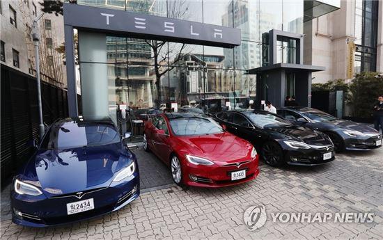 테슬라 매장 앞에 전시된 모델S 차량들 [이미지출처=연합뉴스]