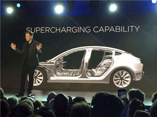 모델3를 공개하고 있는 일론 머스크 테슬라 CEO(사진=AP연합뉴스)