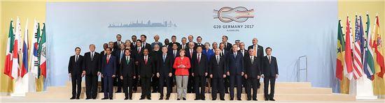 지난 7일 독일 함부르크에서 열린 주요 20개국(G20) 정상회의에 참석한 정상들과 국제기구 수장들이 기념촬영을 하고 있다. 사진=청와대 제공