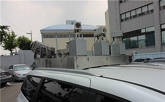 모바일매핑시스템(MMS)이 장착된 차량의 모습. 라이다(LiDAR) 장비가 1초에 100만개의 레이저를 쏴 도로의 지형지물 데이터를 획득한다.