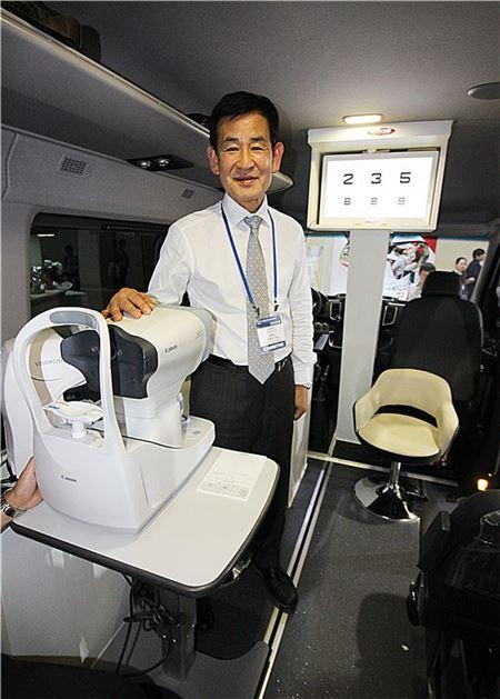 허문영 오토스 대표가 현대자동차의 밴 '쏠라티'를 개조한 이동식 검안 차량을 설명하고 있다. 오토스는 하반기부터 이 차량을 필두로 전국 방문 서비스로 확대할 계획이다.