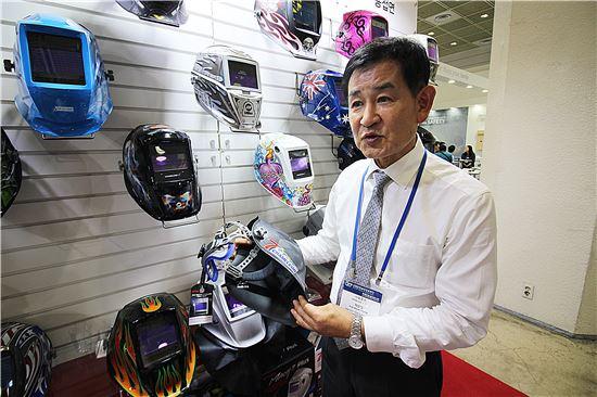허문영 오토스 대표가 자동 전자용접면 제품에 대해 설명하고 있다.