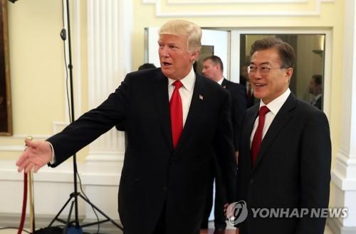 문재인 대통령이 6일 오후(현지시간) G20 정상회의가 열리는 독일 함부르크 시내 미국총영사관에서 열린 한미일 정상만찬에서 도널드 트럼프 미국 대통령을 만나 안내받고 있다. [이미지출처=연합뉴스]