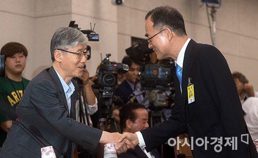 [포토]야당청문 의원들과 인사하는 문무일 후보자