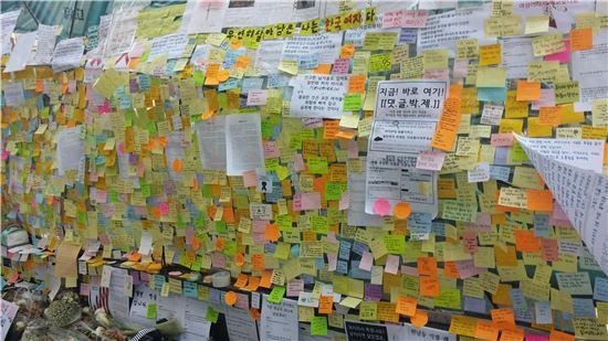 '강남역 살인사건' 당시 강남역 10번 출구에 마련된 피해 여성을 위한 추모공간/사진=아시아경제DB