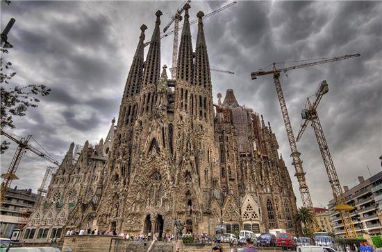아직 개발되지 않은 가상의 제품이 마치 완성을 앞둔 것처럼 발표되는 현상을 지칭하는 '베이퍼웨어'는 건축에도 기묘하게 적용된다. 미완의 예술일까, 인간의 한계일까. 이들 건물의 완공은 적어도 아직까지는 요원한 상황이다. 사진 = La Sagrada Familia