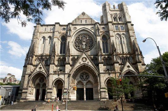 아직도 건설이 진행중임에도 불구하고 세계에서 가장 큰 대성당의 위용을 자랑하는 세인트 존 더 디바인 대성당. 사진 = Cathedral of Saint John the Divine