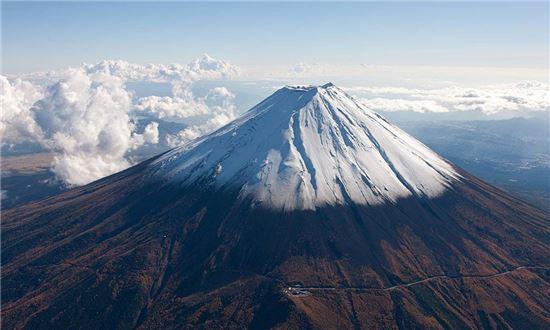 일본 후지산의 모습. 지난 1707년 대폭발 이후 분화하지 않고 있으나 최근 일본 각지의 화산이 분화하기 시작하면서 폭발 우려가 커지고 있다(사진=위키피디아)