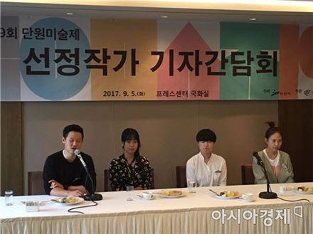 단원미술제 수상자 왼쪽부터 대상 김선혁,  우수상 김혜정 박지영, 안산선정 작가 이다희