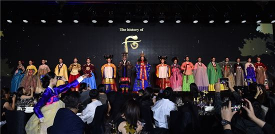 LG생활건강이 9월6일 중국 베이징 포시즌스 호텔에서 '2017 후 궁중연향 인 베이징'을 개최했다. 사진은 후 궁중연향 행사에서 선보인 궁중복식 패션쇼 모습.