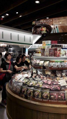 이마트가 홍콩 최대 슈퍼마켓 기업인 '웰컴'사에 피코크를 정식 런칭한 가운데 21일 오후 홍콩 침사추이 지역에 위치한 K11 쇼핑몰 내 '마켓플레이스' 프리미엄 슈퍼에서 고객들이 피코크 상품들을 둘러보고 있다.