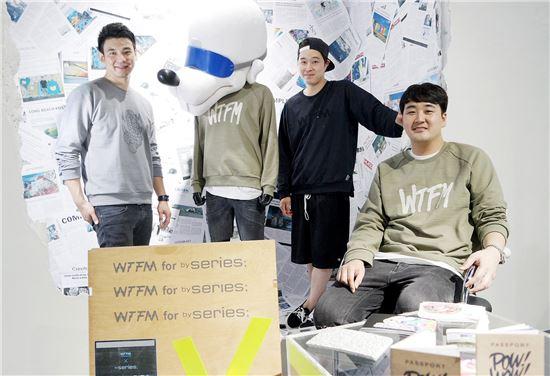 WTFM 아티스트(좌로부터 김범주, 김지환, 이충진)들이 바이시리즈와의 협업 상품을 입고 백룸 갤러리에서 포즈를 취하고 있는 모습.