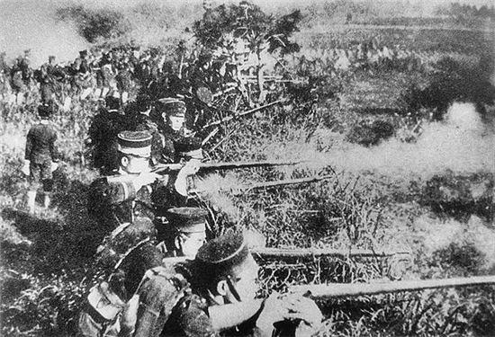 청일전쟁 당시 일본군 모습. 기관총도 없었고 빈약한 무라타 소총으로 무장한 상태였으며 식량과 탄약보급도 떨어진 상태였지만 기강면에서 앞서있어 주로 도적떼로 구성됐던 청군을 물리친다.(사진=위키피디아)