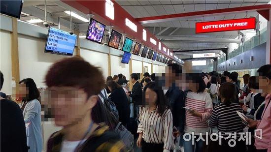 황금연휴 초입이던 지난달 말 인천국제공항 인도장에 고객들이 몰려있다. (사진=독자제공)