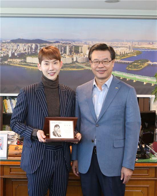 성장현 용산구청장(오른쪽)이 2AM 멤버 조권(28)을 새 홍보대사로 위촉했다