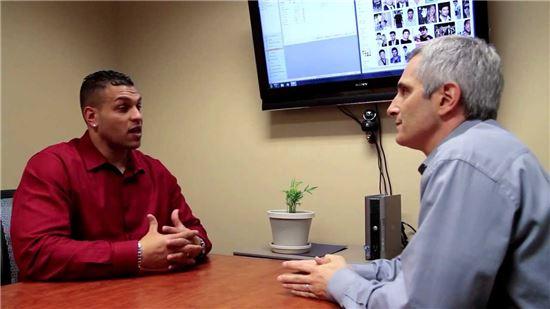 미국 최대 정자은행인 캘리포니아 크라이요뱅크(CCB)의 담당자(오른쪽)과 대화중인 기증자(왼쪽)의 모습. 사진 = CCB