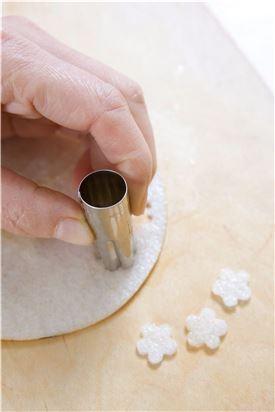 3. 배는 껍질을 벗기고 얇게 썰어 모양 틀로 찍거나 채 썬다. 화채 그릇에 오미자 물을 담고 배를 띄운다.
