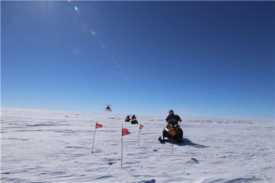 ▲지난해 사전답사를 통해 K-루트사업단 연구원들이 빙저호 후보지에 도착했다.[사진제공=극지연구소, 기사와는 무관]