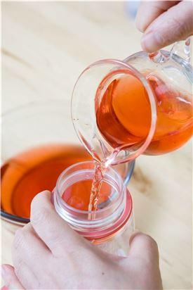 2. 냄비에 설탕 1/2컵과 물 1/2컵을 넣어 설탕이 완전히 녹을 때까지 끓여서 식혀 오미자 물에 타서 냉장고에 차게 보관한다.