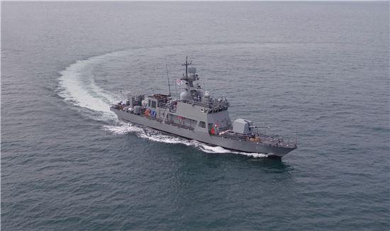 검독수리-B PKMR-211호정이 해군에 인도되기 전 최종 장비 확인 점검 차 부산 근해를 항해 중이다.