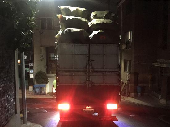 지난달 7일 서울 서대문구의 한 재활용쓰레기수거차량이 적재함보다 1~2m 가량 높게 쓰레기를 쌓아 올린 채 운행 중이다. 이 경우 덮개나 끈으로 화물을 결박하지 않으면 도로교통법상 적재불량에 해당한다. (사진=독자제공)