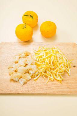 1. 유자는 깨끗하게 씻어 반으로 잘라 껍질은 채 썰고 과육은 하나하나 떼어낸다.