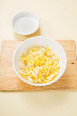 2. 유자 껍질과 과육에 설탕을 일부 넣어 고루 섞는다.