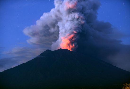 지난 2017년 11월 인도네시아 발리 아궁 화산이 화산재를 뿜어내고 있는 모습. [이미지출처=연합뉴스]