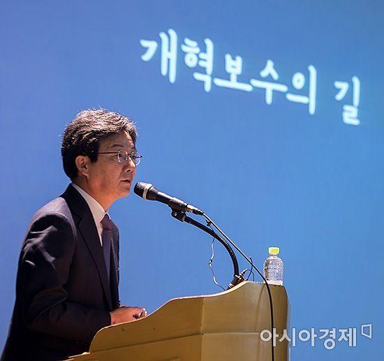 유승민 바른정당 대표가 30일 서울 마포구 서강대학교에서 학생들을 대상으로 '개혁보수의 길'이라는 주제로 특강을 하고 있다./윤동주 기자 doso7@