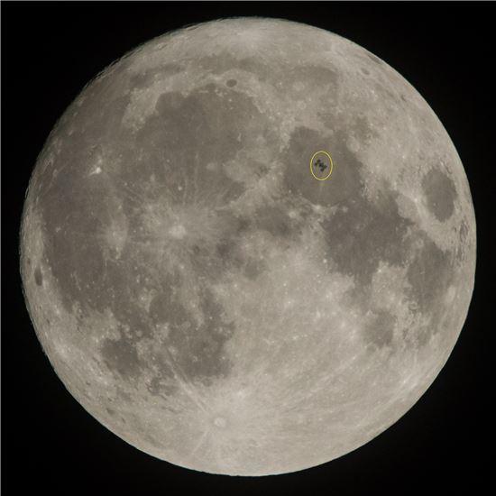 ▲ISS가 달 앞을 지나고 있다.[사진제공=NASAA]