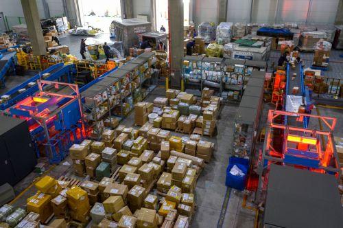 인천 중구 인천세관 특송물류센터에서 국내 소비자들이 블랙프라이데이 기간동안 구매한 해외직구물품들이 쌓여 있다./영종도=강진형 기자aymsdream@
