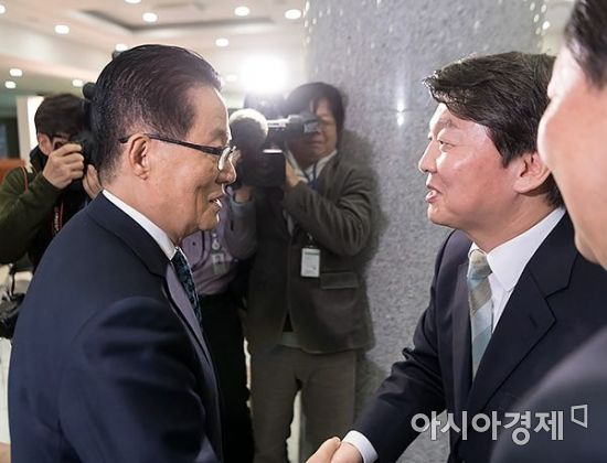 안철수 국민의당 대표가 6일 국회에서 열린 '김대중 전 대통령 노벨평화상 기념전시회'에 참석, 박지원 의원과 인사를 나누고 있다./윤동주 기자 doso7@
