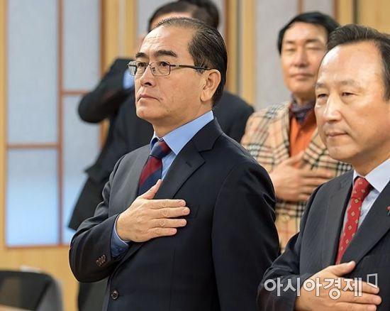 태영호 전 주영국 북한대사관 공사(왼쪽)