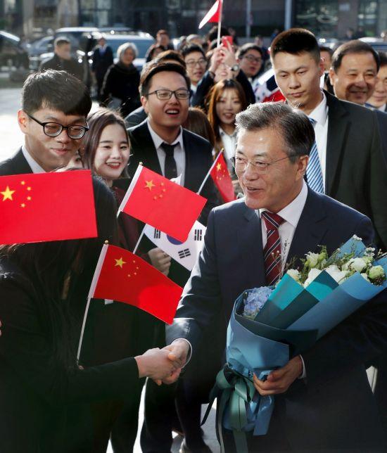 문재인 대통령이 15일 오전 중국 베이징대에 도착해 '한중 청년의 힘찬 악수, 함께 만드는 번영의 미래'를 주제로 연설하기에 앞서 학생들의 환영을 받고 있다. 사진=연합뉴스