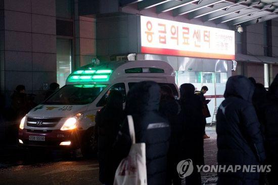 18일 오후 그룹 샤이니의 종현이 서울 강남구 청담동의 한 레지던스에서 쓰러진 채 발견, 병원에서 사망 판정을 받았다 이송된 병원 앞 취재진과 팬들이 모여있다./사진=연합뉴스