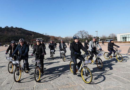 무인 대여 자전거 '오바이크'는 지난 12일부터 수원에서 서비스를 시작했다. [이미지출처=연합뉴스]