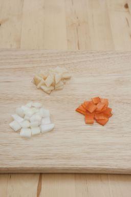 2. 감자와 양파, 당근은 껍질을 벗겨 주사위 모양으로 납작하게 썬다.